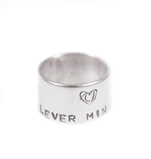 bred silverring med text med vit bakgrund