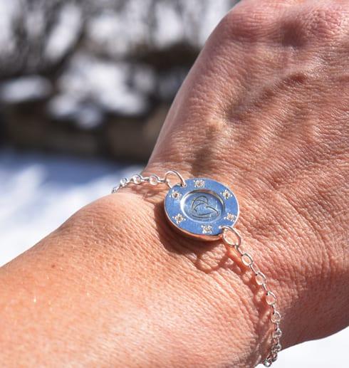 silverarmband på arm utomhus