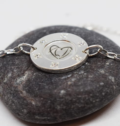 silverarmband på mörkgrå sten
