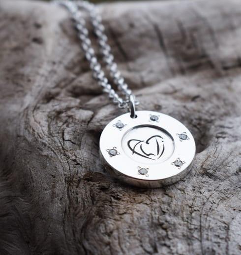 silversmycke på trädbit