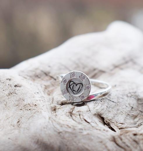 ställbar silverring på trädbit utomhus