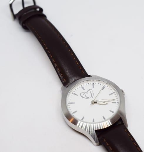 klocka på vit bakgrund