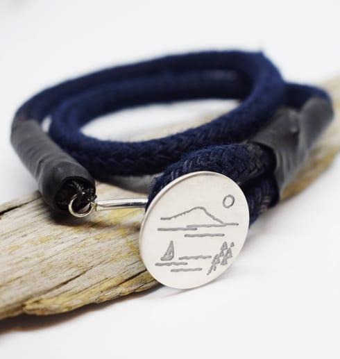 Marinblått armband med silverbricka på bräbit