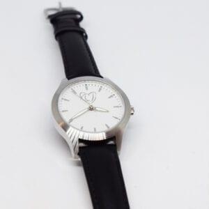 klocka med svart läderband mor vit bakgrund