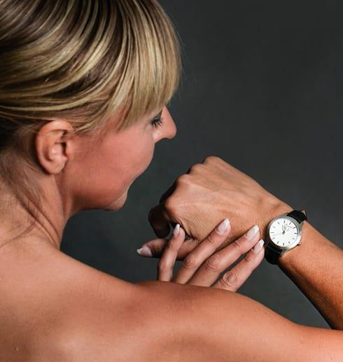 kviinna med klocka på armen