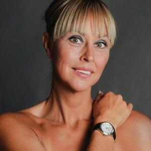 kvinna med klocka på armen