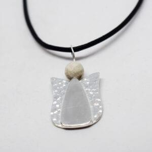 ängel i silver med svart läderrem på vit bakgrund