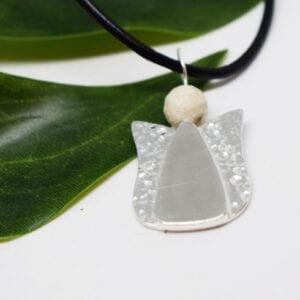 ängel i silver med grönt blad bakom