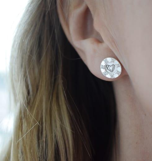 silverörhänge på öra