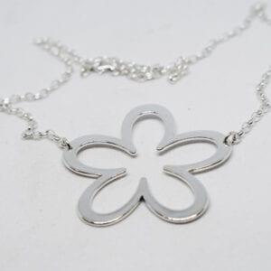 silverhalsband i form av enstor blomma på vit bakgrund