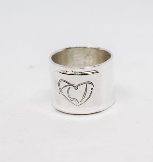 bred ring med ALTIs logga på vitt bakgrund