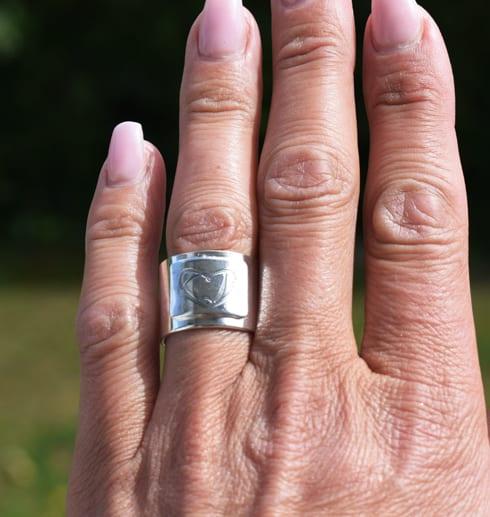 bred silverring på finger utomhus