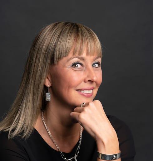 kvinna med silverörhängen
