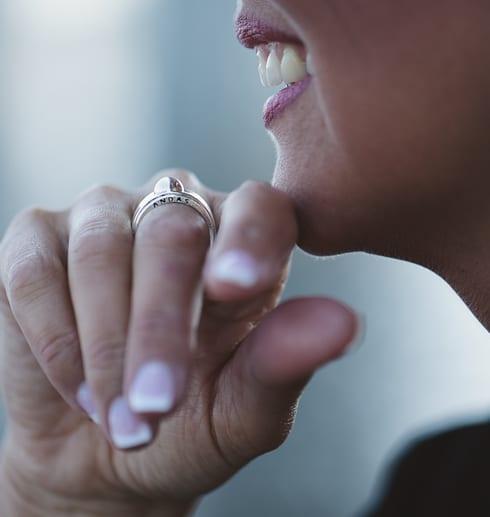 kvinna med silverring på fingret utomhus
