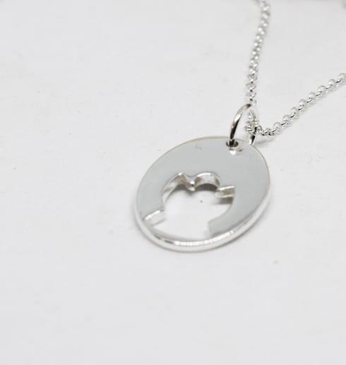 halsband med ängel mot vit bakgrund