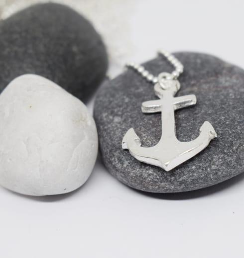 silverankare på stenar