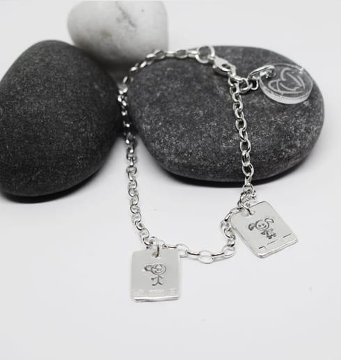silverarmband med brickor på stenar