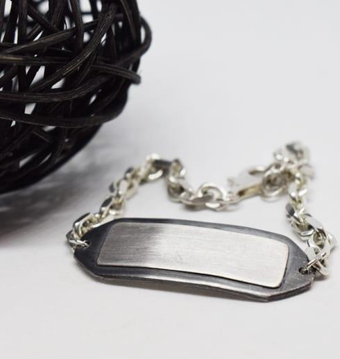 silverarmband med trådboll bredvid