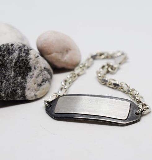 silverarmband påmvit bakgrund med stena