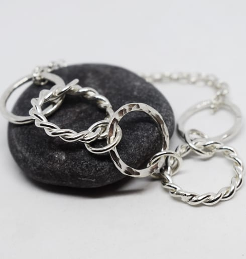 armaband i silver på mörkgrå sten