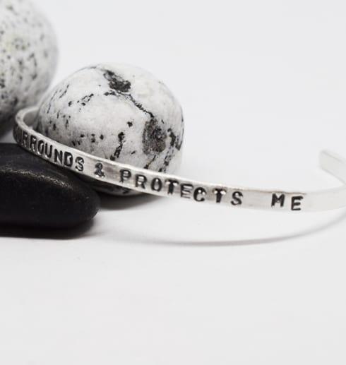 silverarmband med text på stenar