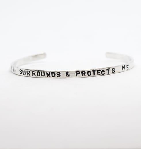 silverarmband med text på vit botten