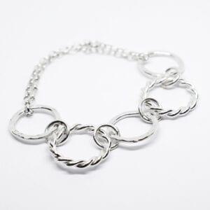silverarmband med vit botten