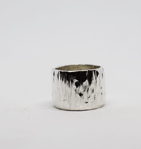 bred hamrad silverring med vit bakgrund