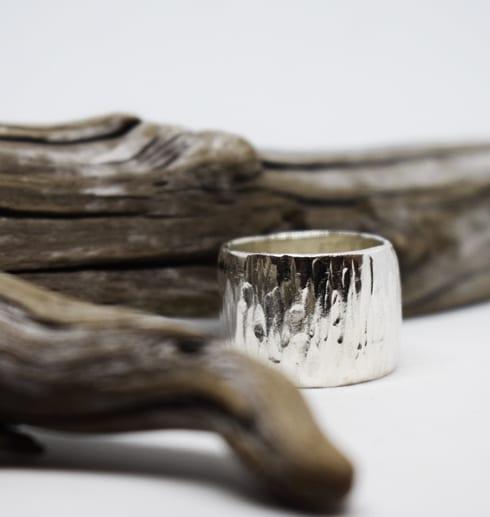 bred hamrad silverring med trädgren