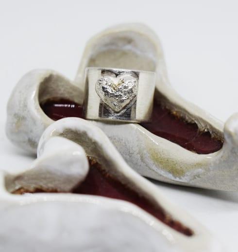 bred silverring på keramikhjärtan