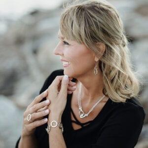 kvinna med armband på handleden utomhus