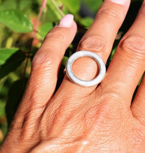 ring i silver på finger