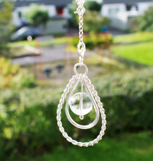 silverhalsband hängande utomhus med grön bakgrund