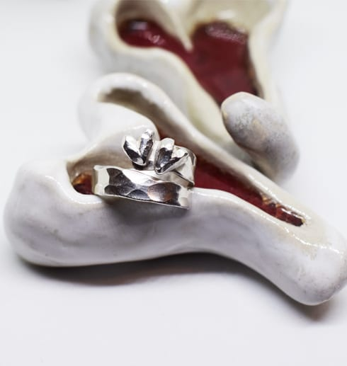 silverring på keramikhjärtan