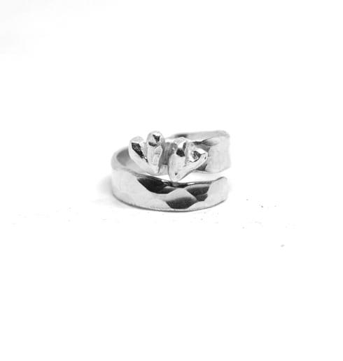 silverring med två hjärtan med vit bakgrund