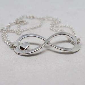 evighetssmycke i silver på vit bakgrund