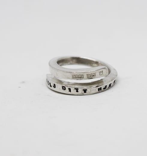 silverring med text på vit botten