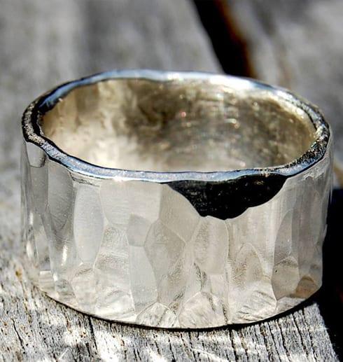 ved hamrad silverring på trä utomhus