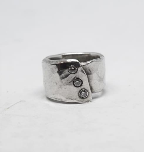 hamrad silverring med stenar på vit bakgrund