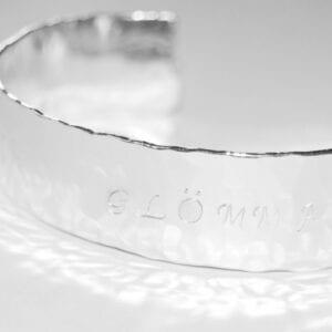 hamrat silverarmband med text på vit bakgrund