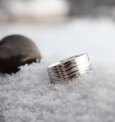 mönstrad silverring på snö utomhus