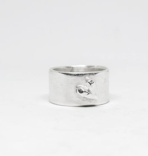 silverring med hjärta på vit botten