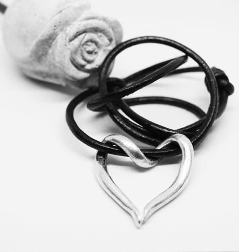 silverhjärta i läderrem påvit botten med btongros bakom