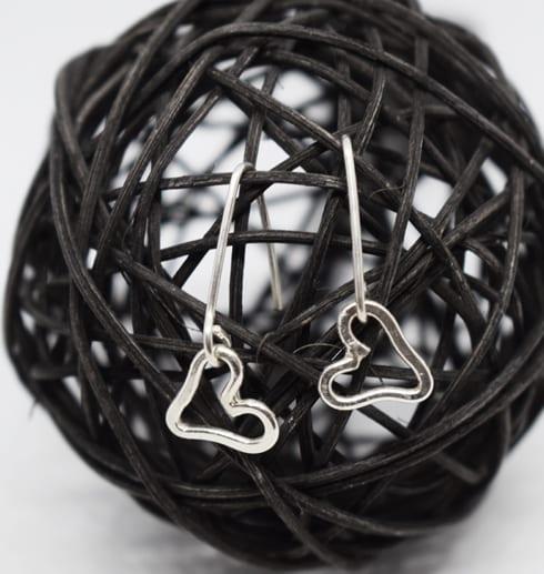 hjärtörhängen i silver på svart trådboll