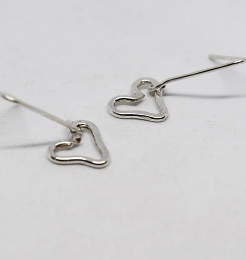 hjärtörhängen i silver på vit bakgrund
