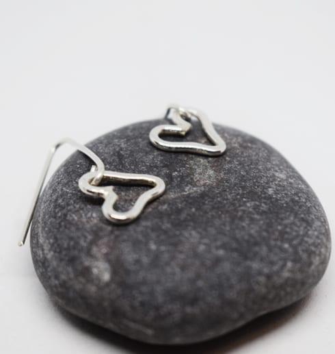 hjärtörhängen på grå sten