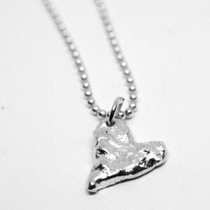 massivt silverhjärta på vit bakgrund