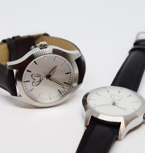 två klockor mot vit bakgrund