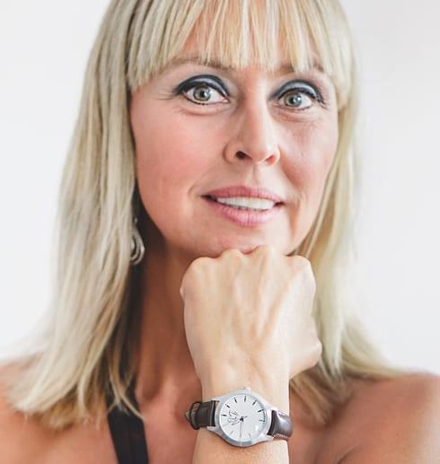 kvinna med klocka på handleden