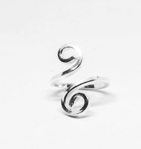 silverring med spiralform på vit botten
